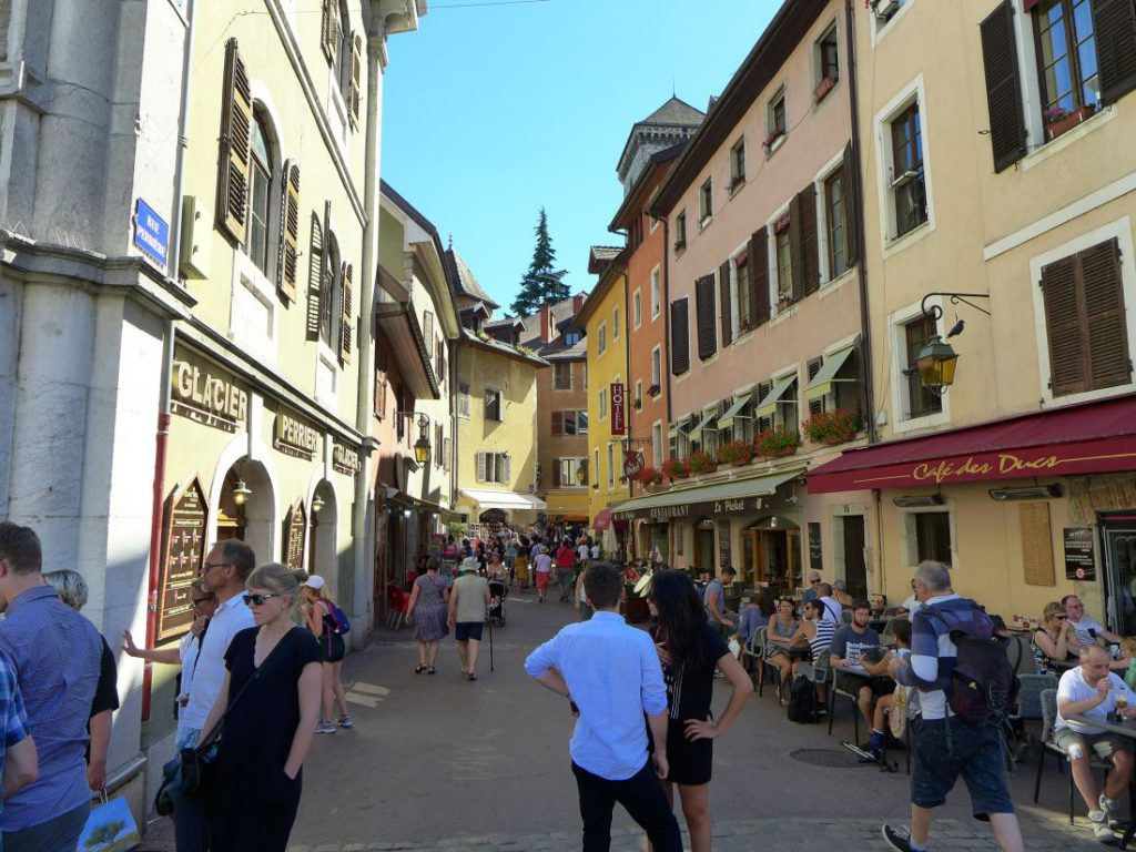 gasse in annecy in frankreich