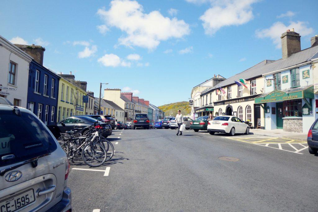 clifden in irland straße idylle